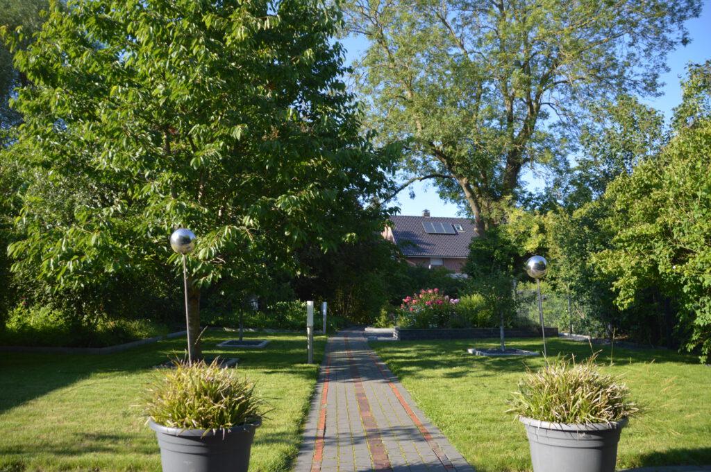 Blick von der Hauptterrasse in den Garten