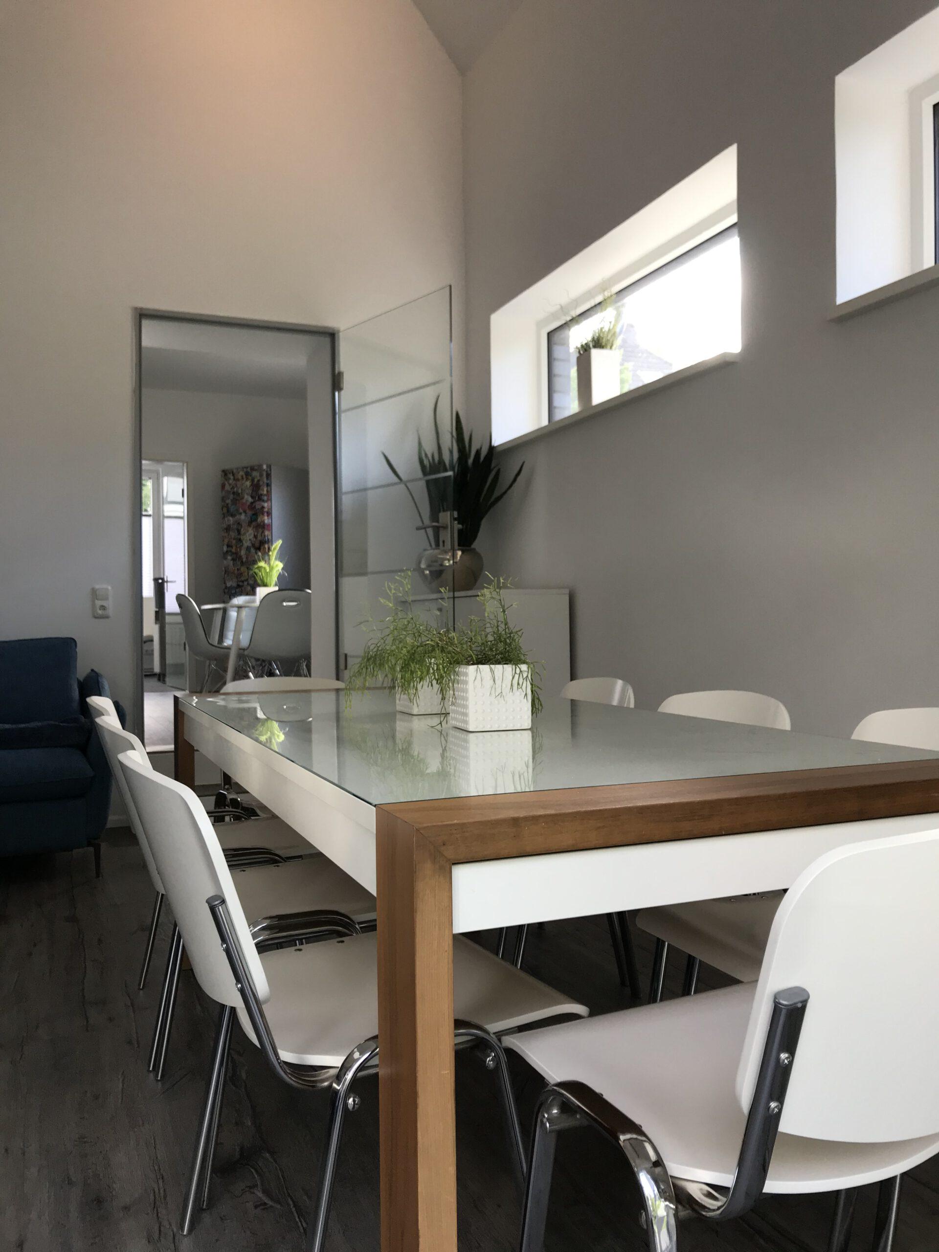 Blick vom Ess-und Wohnbereich zur Küche