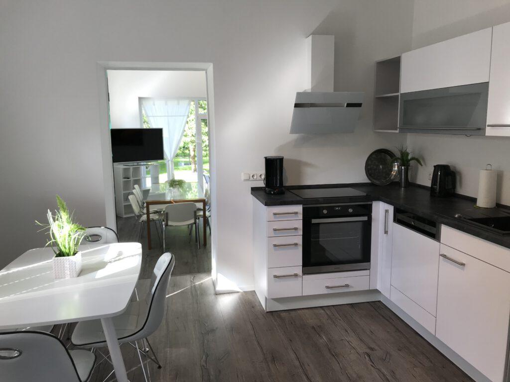 Blick von der Küche in den Ess-und Wohnbereich