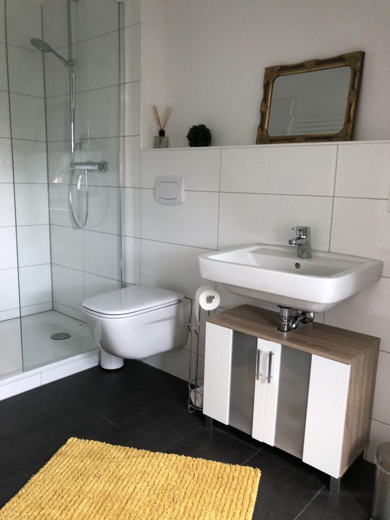 """Grundrisse und Ansichten der """"Villa Aldenburg"""" - Blick in der Badezimmer oben"""