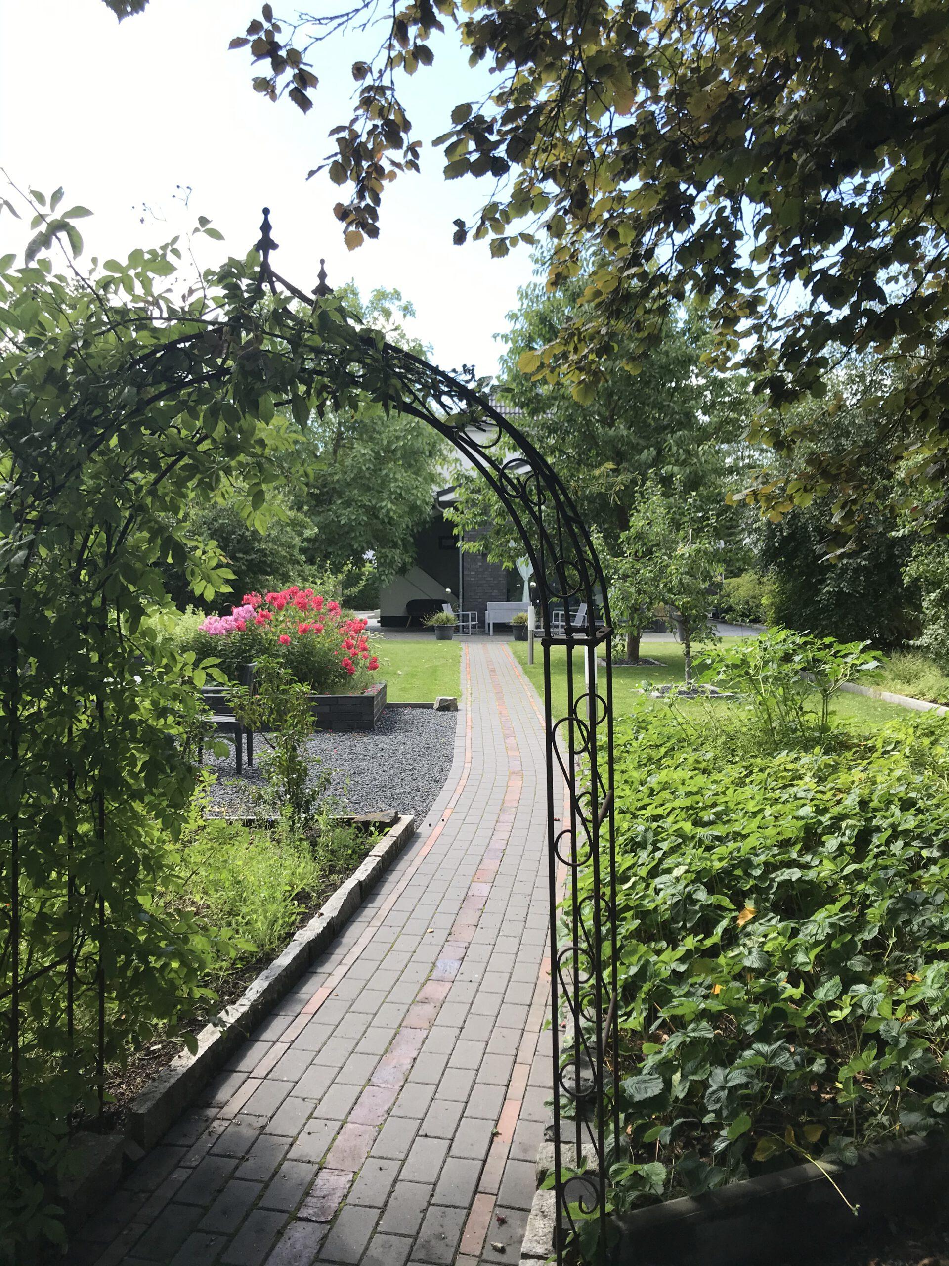 """Grundrisse und Ansichten der """"Villa Aldenburg"""" - Im Vordergrund rechts das Erdbeerbeet, Blick auf die Villa Aldenburg"""
