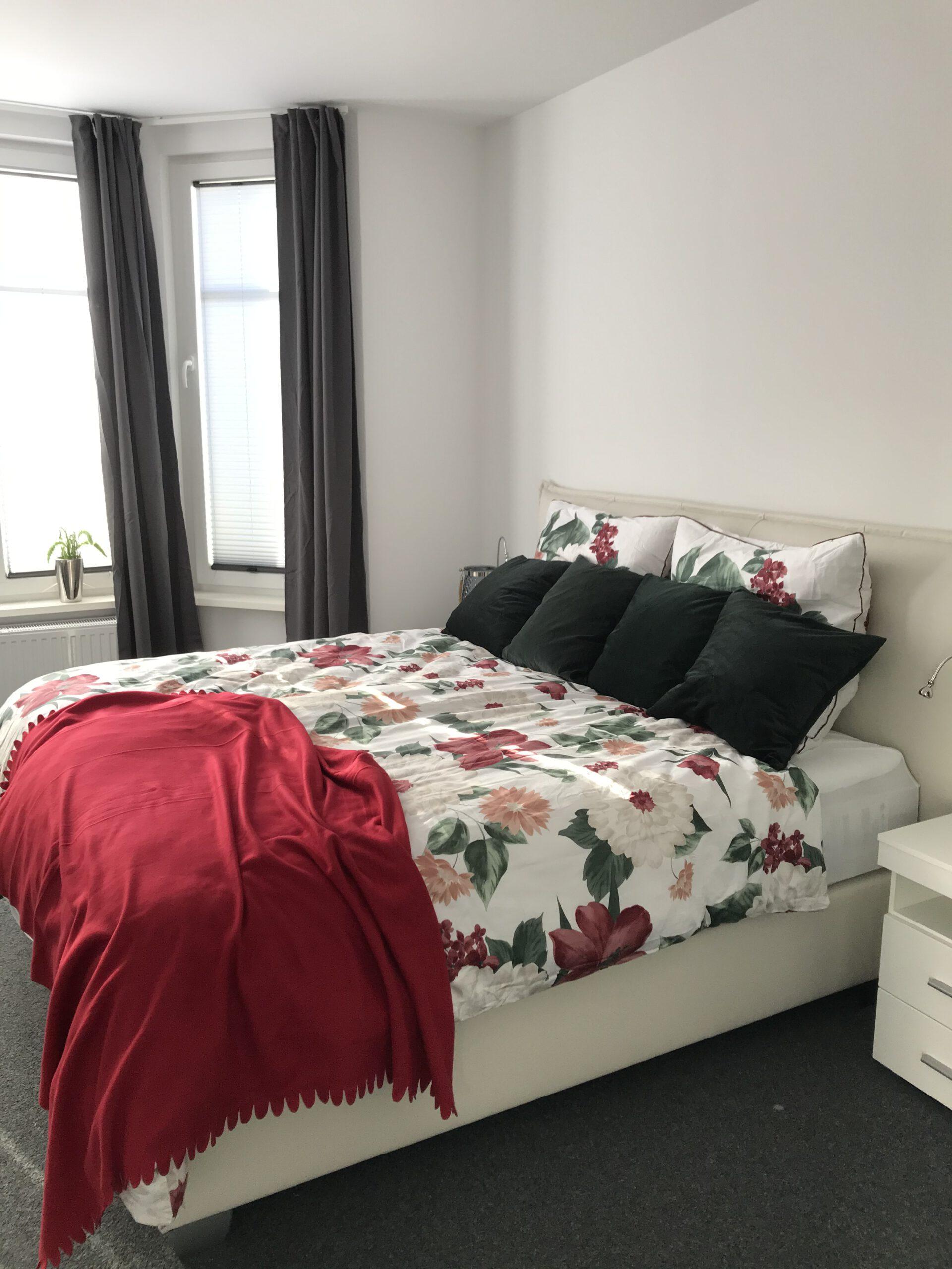 """Grundrisse und Ansichten der """"Villa Aldenburg"""" - Ein großes und gemütliches Boxspringbett ist der Garant für einen guten Schlaf."""