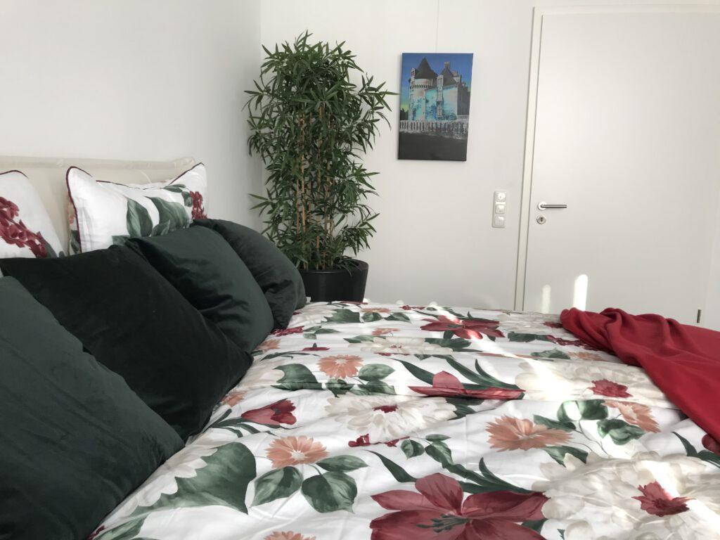 Florale Muster domieren das Erkerschlafzimmer im Erdgeschoss.