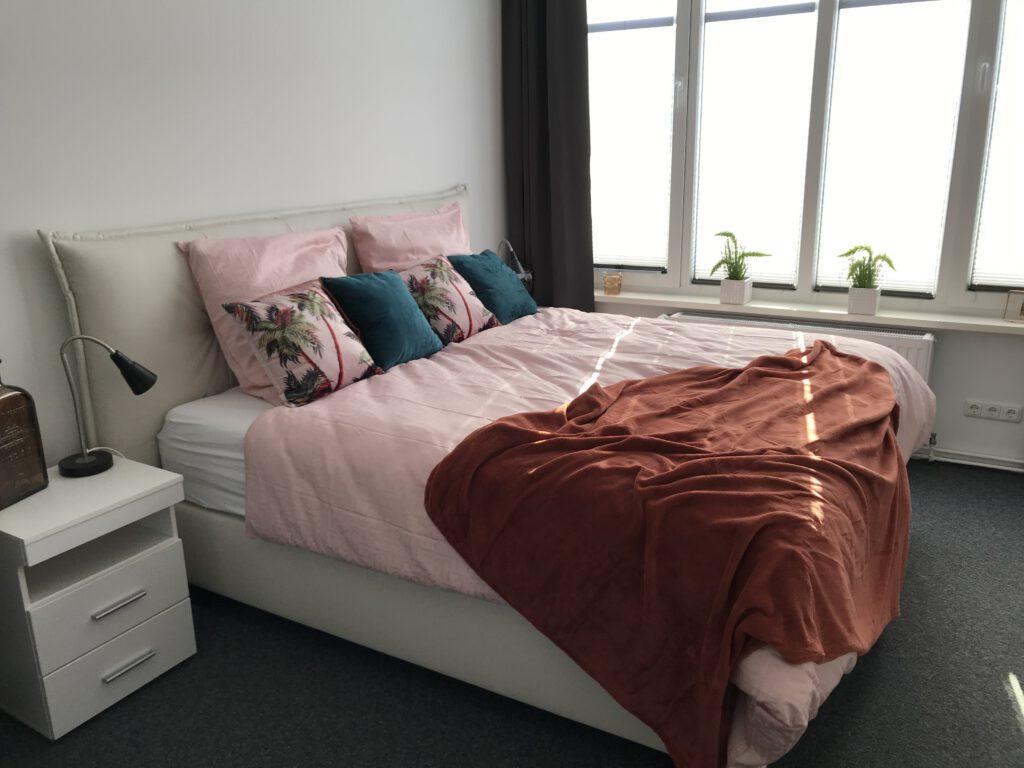 """Grundrisse und Ansichten der """"Villa Aldenburg"""" - Die Plissees im Schlafzimmer sorgen für einen Blickschutz, zusätzlich können die Verdunkelungsvorhänge zugezogen werden."""