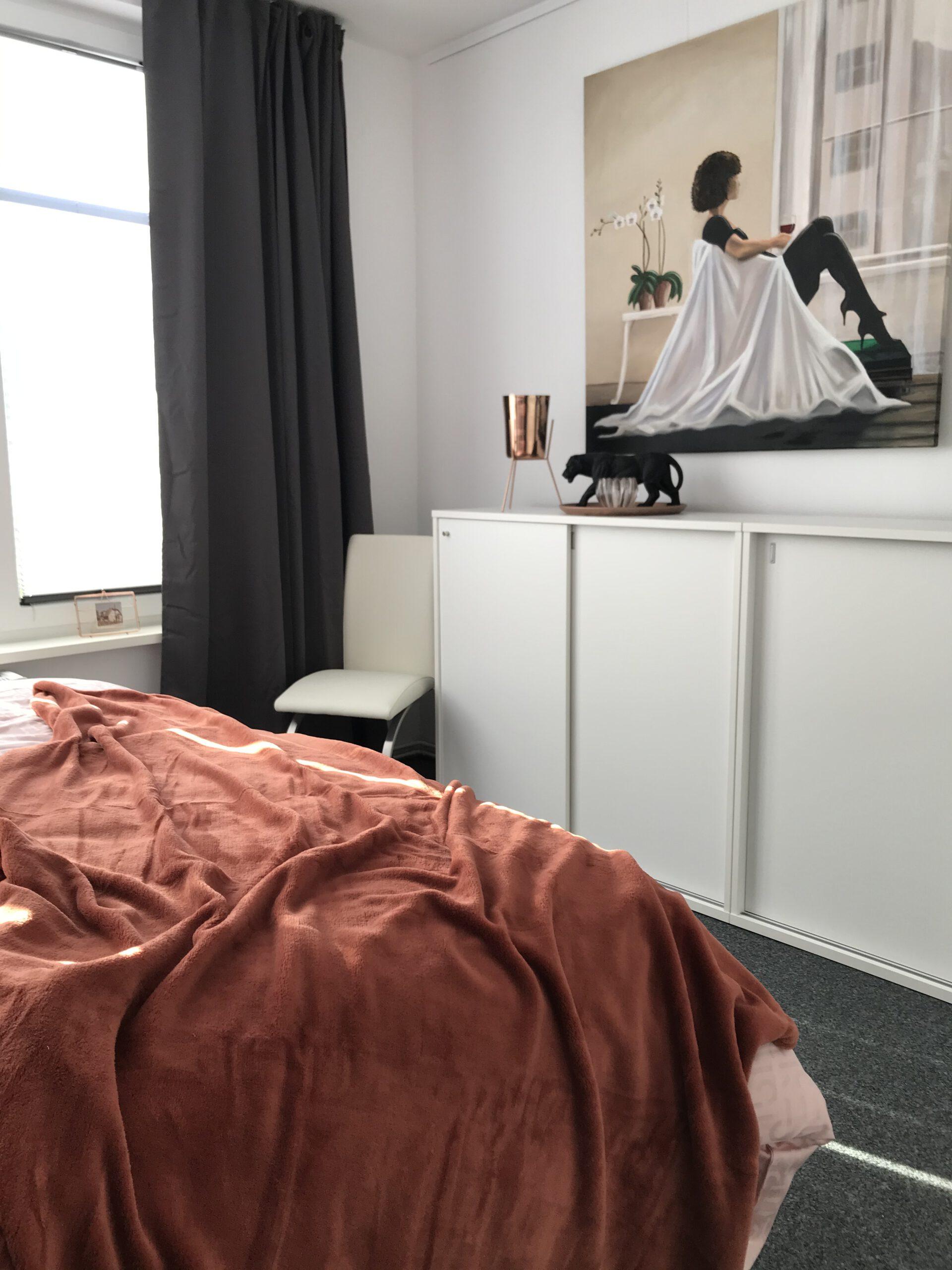 """Grundrisse und Ansichten der """"Villa Aldenburg"""" - Der Kupferton findet sich überwiegend in diesem Schlafzimmer."""