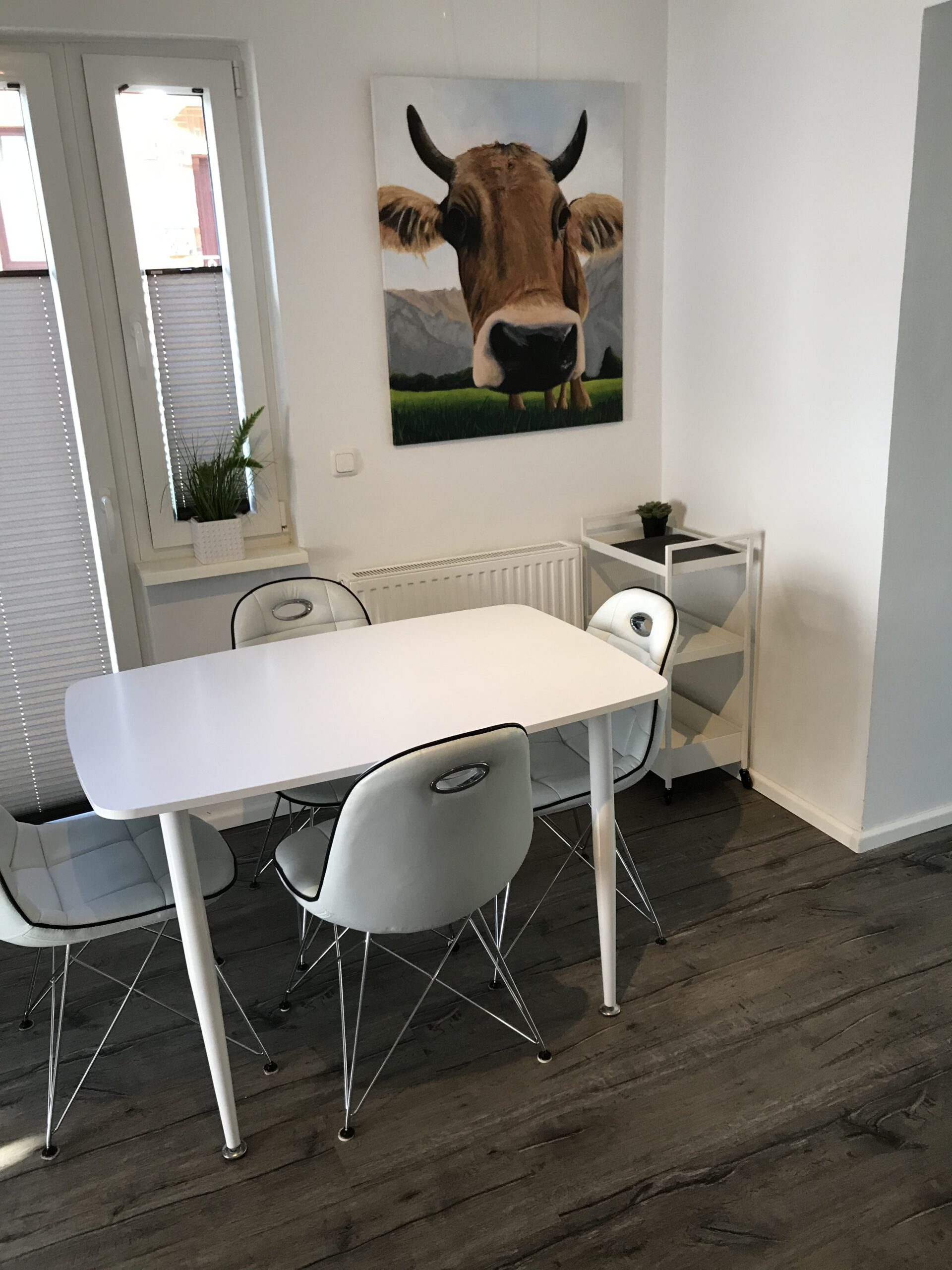 Ein kleiner Tisch für den schnellen Snack zwischendurch oder einfach nur als Arbeitsfläche für weitere Küchenhelfer.
