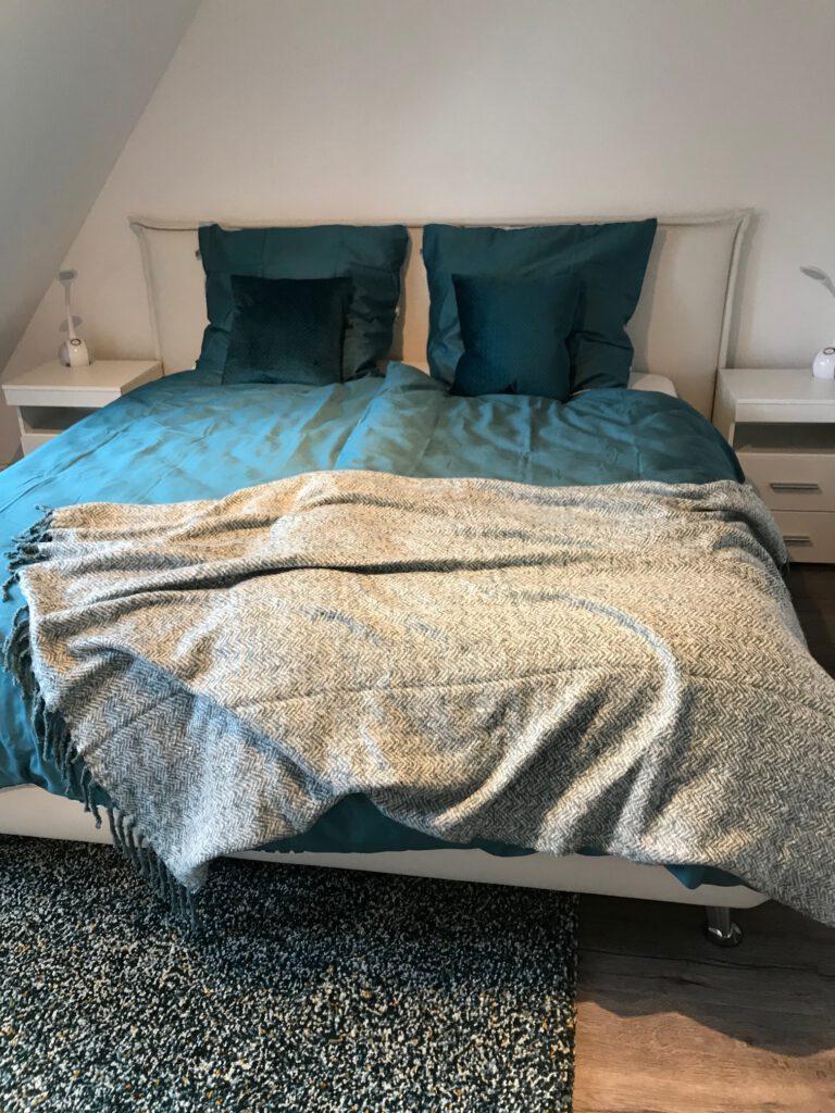Das große und bequeme Boxspringbett sorgt für einen erholsamen Schlaf.