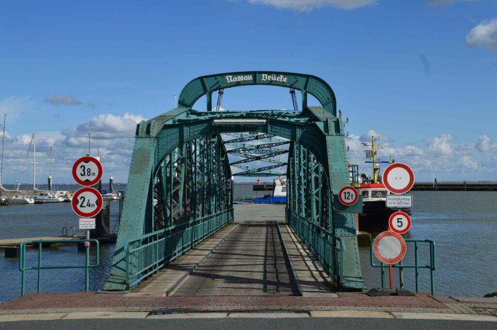 Die Brücke verändert ihr Gefälle je nach Wasserstand