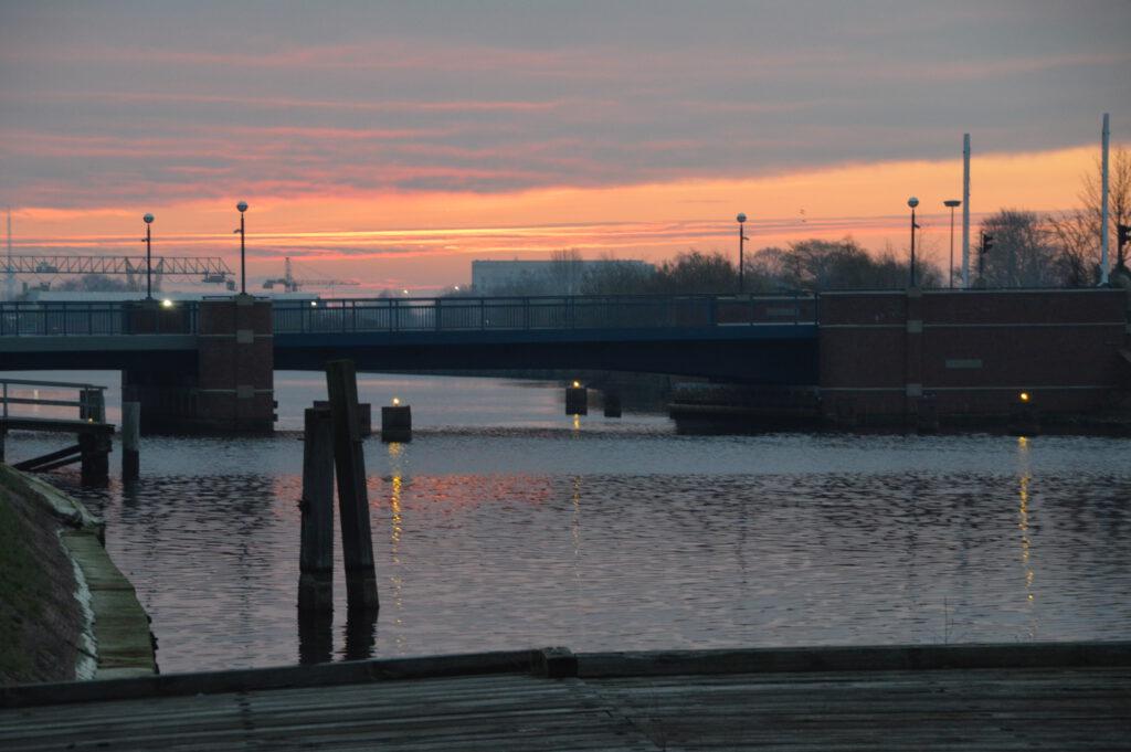 Die Rüstringer-Brücke ist eine von drei Brücken in Wilhelmshaven über den Ems-Jade-Kanal.