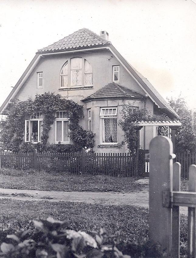 Aufgrund dieses Fotos, welches uns eine ältere Nachbarin schenkte, wurde das Rundbogenfenster rekonstruiert.